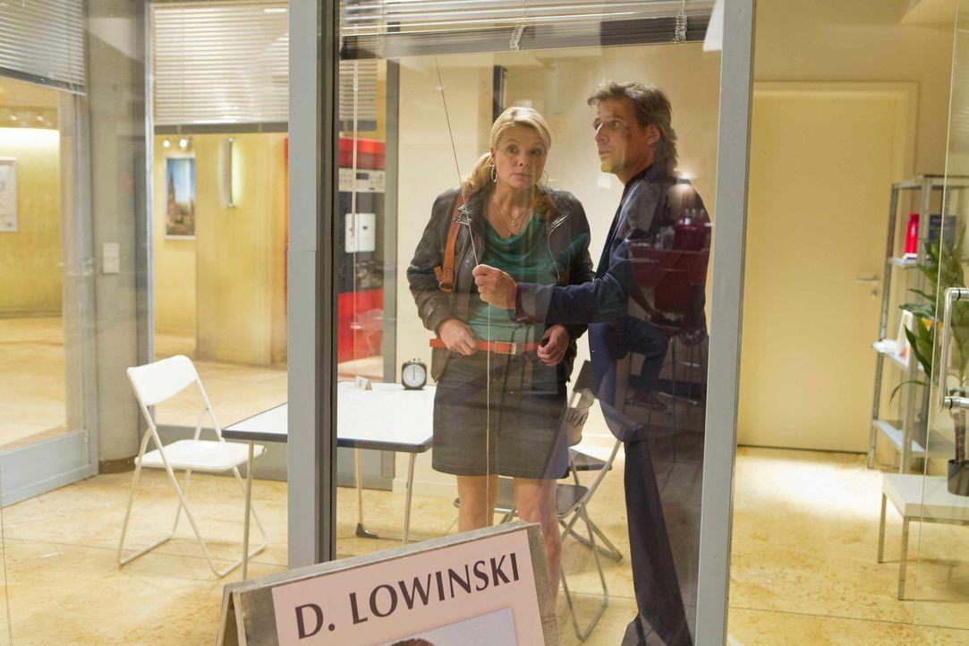 Während der Ermittlungen in einem neuen Fall, bekommt Danni (Annette Frier, l.) überraschend Besuch von August von Grün (René Steinke, r.) - der... - Bildquelle: Frank Dicks SAT.1