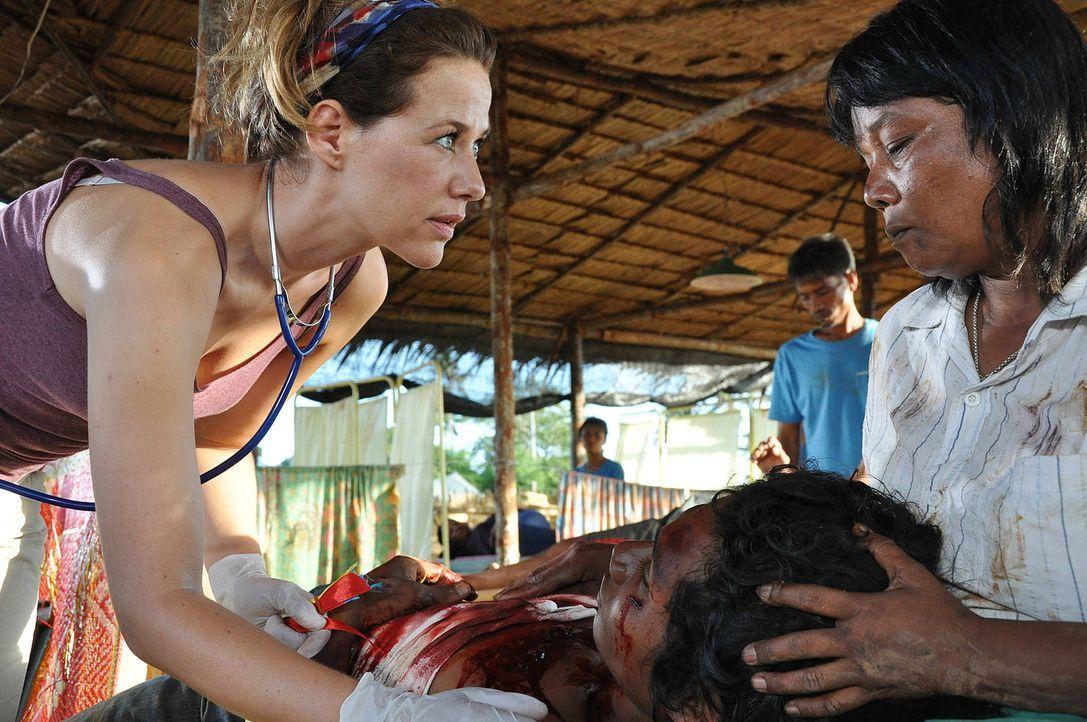 Kaum im Camp in Indonesien angekommen, muss sich die junge Medizinerin Dr. Sophie Heimbach (Alexandra Neldel, l.) einer unvorstellbaren Situation st... - Bildquelle: Aki Pfeiffer SAT.1