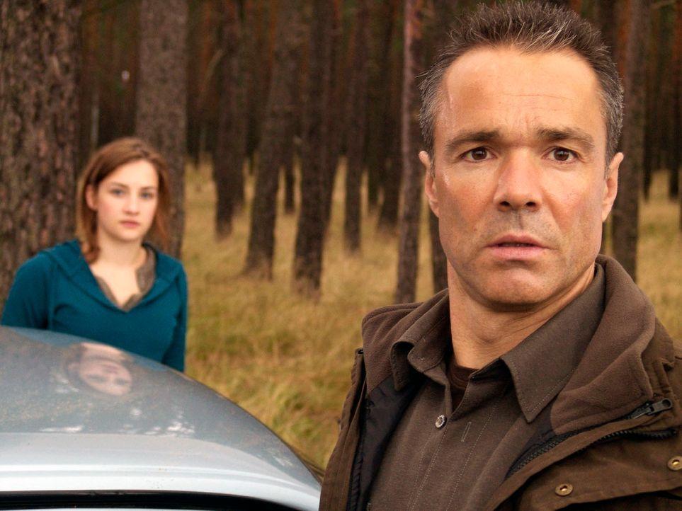 Als ihr Vater (Hannes Jaenicke, r.) nach all den Jahren plötzlich das Kommando übernehmen will, schaltet Jessy (Karoline Teska, l.) auf stur. Sie sa... - Bildquelle: Volker Roloff ProSieben