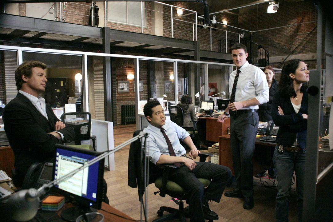 Ein neuer Mordfall beschäftigt das Team: Patrick (Simon Baker, l.), Kendall (Tim Kang, 2.v.l.), Wayne (Owain Yeoman, M.), Grace (Amanda Righetti, 2... - Bildquelle: Warner Bros. Television