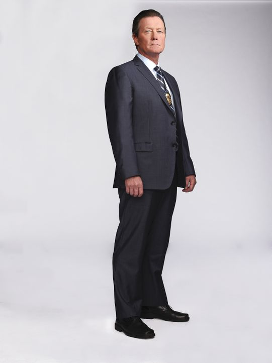 (1. Staffel) - Der nicht zu Späßen aufgelegte Bundesagent Cabe Gallo (Robert Patrick), der aus einfachen Verhältnissen stammt, arbeitet eng mit den... - Bildquelle: Nino Muñoz 2014 CBS Broadcasting, Inc. All Rights Reserved