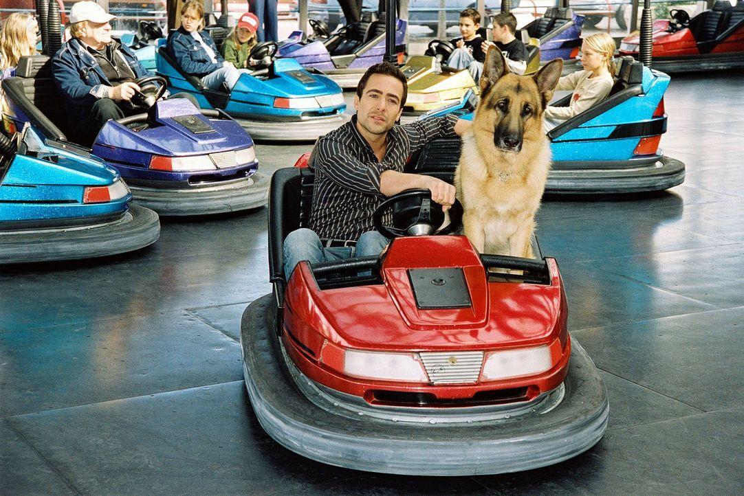 Ein bisschen Spaß muss sein: Rex und Marc (Alexander Pschill) amüsieren sich im Wiener Prater. - Bildquelle: Sat.1