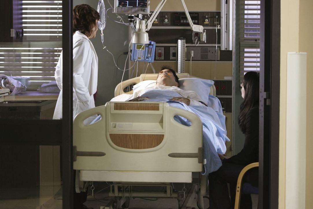 Während Rossi, JJ und Morgan auf der Suche nach einem Serientäter sind, machen sich Emily (Paget Brewster, r.) und Dr. Zwerling (Laura Niemi, l.)... - Bildquelle: Touchstone Television