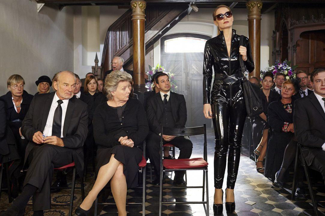 """(3. Staffel) - In """"Knallerfrauen"""" tut Martina Hill (M.) wonach ihr der Sinn steht - hemmungslos und unangepasst ... - Bildquelle: Kai Schulz SAT.1"""