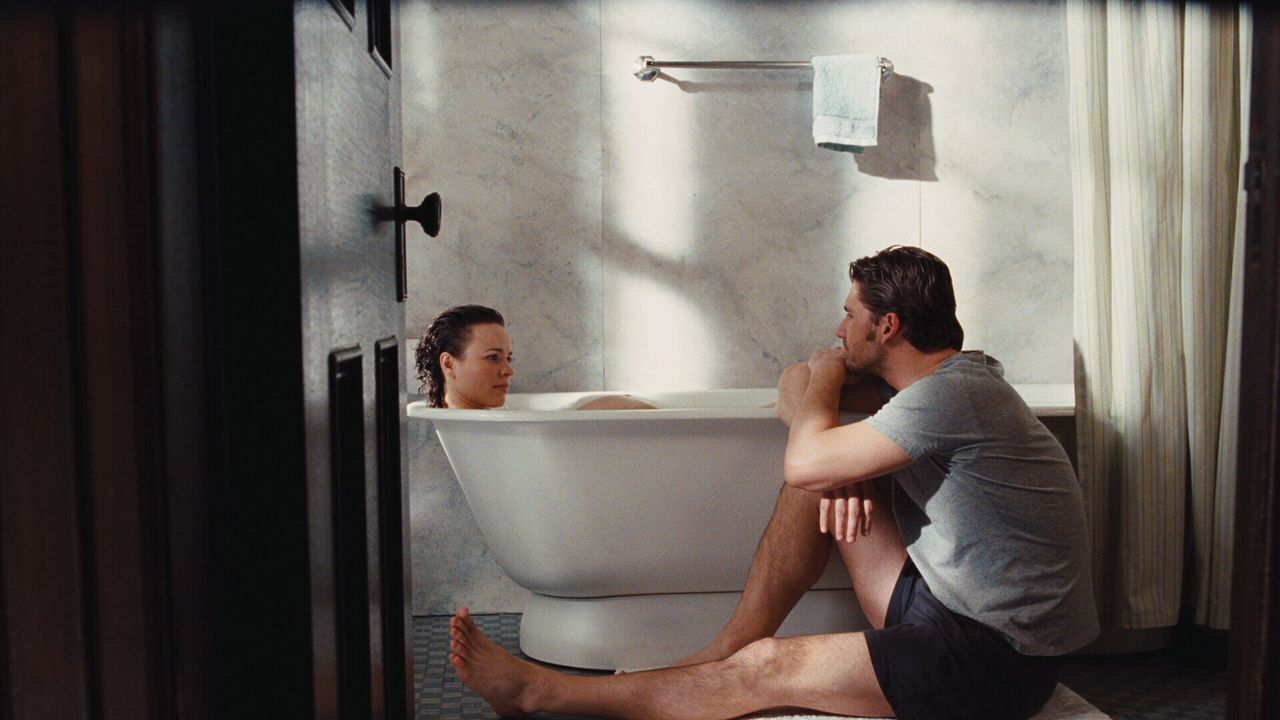 Henry (Eric Bana, r.) und Clare (Rachel McAdams, l.) führen ein schwieriges Eheleben, weil der junge Mann ausgelöst durch Stress gezwungen ist, du... - Bildquelle: Warner Brothers