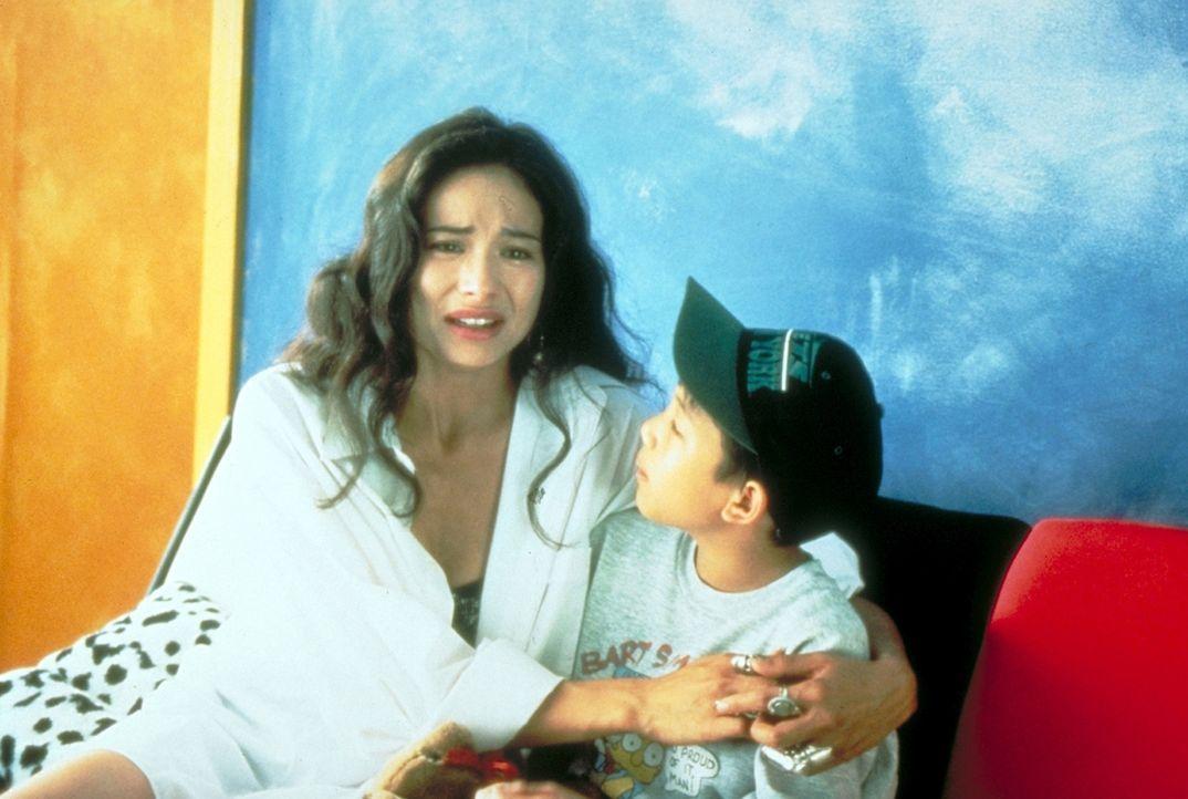 Keung ahnt nicht, dass die charmante Nancy (Francoise Yip) und ihr behinderter Sohn Danny (Morgan Lam, r.) ein starke Beziehung zu dem Gangsterboss... - Bildquelle: New Line Cinema