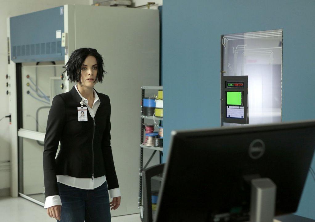 Während Patterson in Bordens Büro eine Abhörwanze findet, die das Signal auf einen NSA-Server überträgt, muss sich Jane (Jaimie Alexander) auf eine... - Bildquelle: Warner Brothers