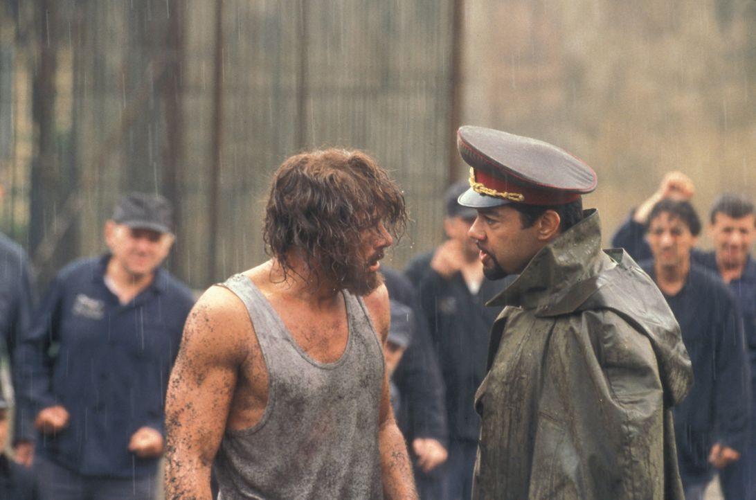 Als der Amerikaner Kyle LeBlanc (Jean-Claude Van Damme, l.) von russischen Richtern zu lebenslanger Lagerhaft in einem berüchtigten Gulag verurteil... - Bildquelle: NU IMAGE