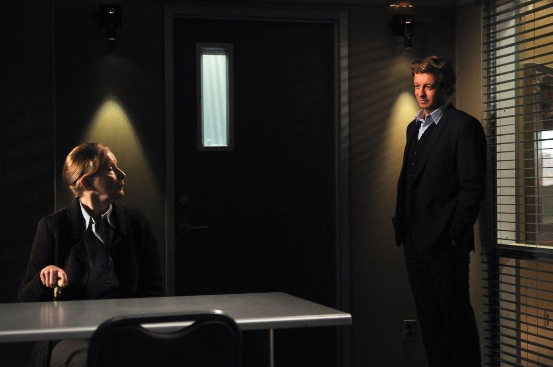 Bei den Ermittlungen im Mordfall Timothy Hartley stoßen Patrick (Simon Baker, r.) und Teresa auf dessen Schwiegermutter Elspeth (Frances Conroy, l.... - Bildquelle: Warner Bros. Television