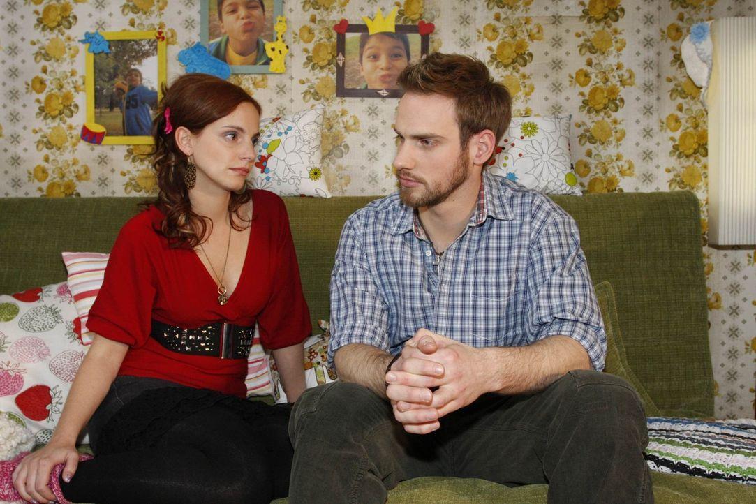 Nach dem Kuss zwischen ihr und Mark ist Manu (Marie Zielcke, l.) völlig verwirrt und bittet deshalb Knut (Christian Feist, r.) ihr etwas Zeit zu ge... - Bildquelle: SAT.1