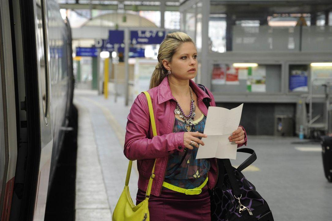 Mia (Josephine Schmidt) wird durch einen Brief von Toni, den sie plötzlich in ihrer Tasche findet, von ihrer Abreise abgebracht. - Bildquelle: SAT.1
