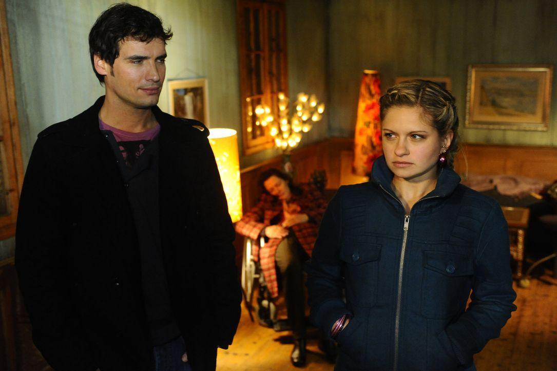 Alexander (Paul Grasshoff, l.) ist froh, dass Mia (Josephine Schmidt, r.) ihm geholfen hat und bedankt sich dafür ... - Bildquelle: SAT.1