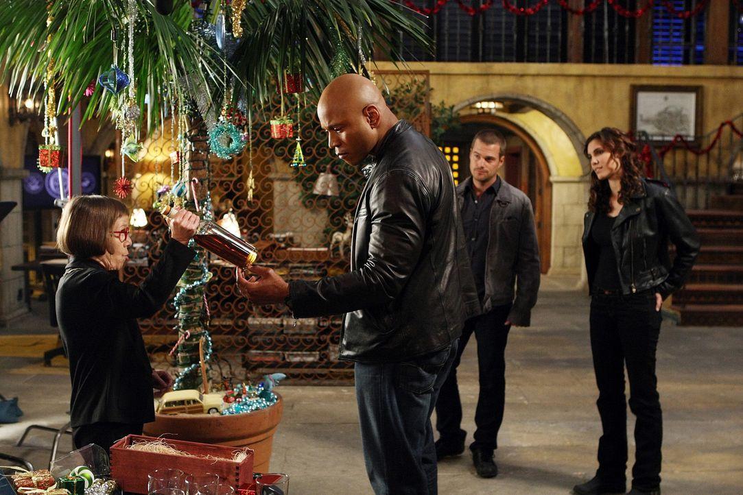 Weihnachten steht vor der Tür und Hetty (Linda Hunt, l.) hat kleine Geschenke für Sam (LL Cool J, 2.v.l.), Callen (Chris O'Donnell, 2.v.l.), und K... - Bildquelle: CBS Studios Inc. All Rights Reserved.