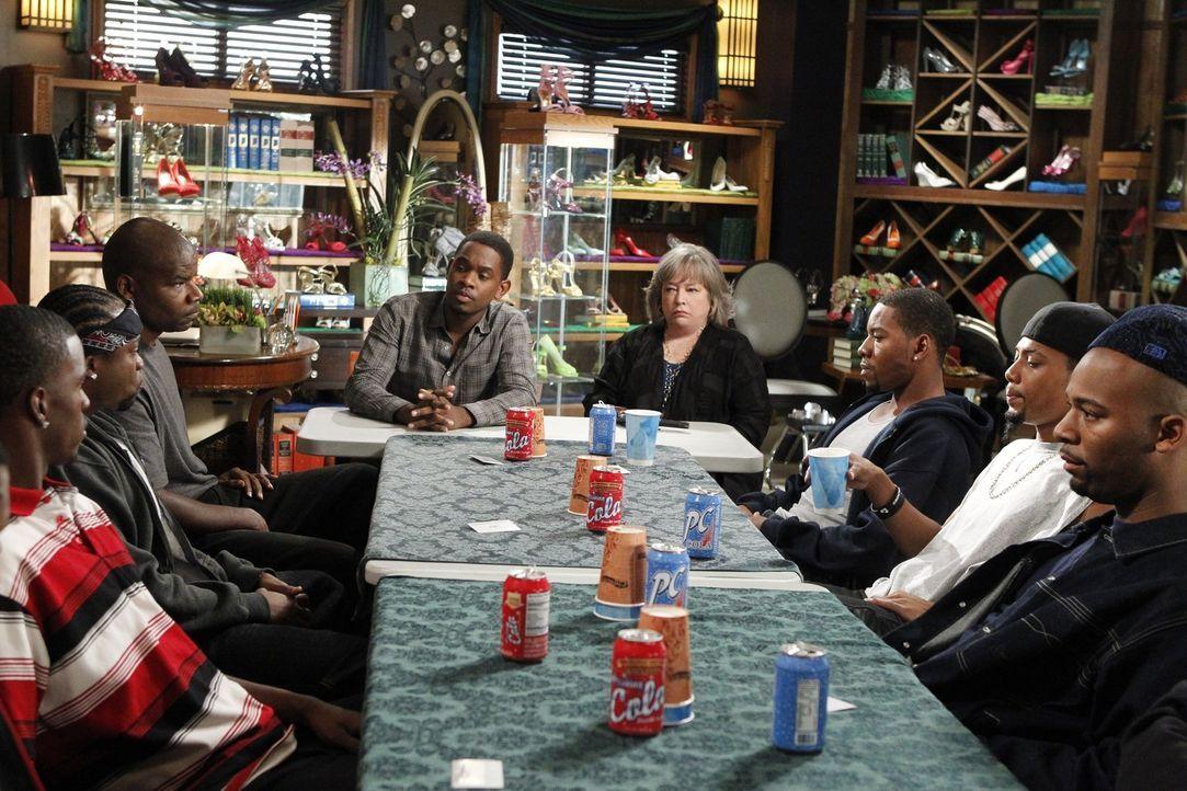 Hartes Stück Arbeit: Malcolm (Aml Ameen, 4.v.l.) und Harriet (Kathy Bates, 4.v.r.) versuchen zwischen zwei Gangs zu vermitteln, die in einem Clinch... - Bildquelle: Warner Bros. Television