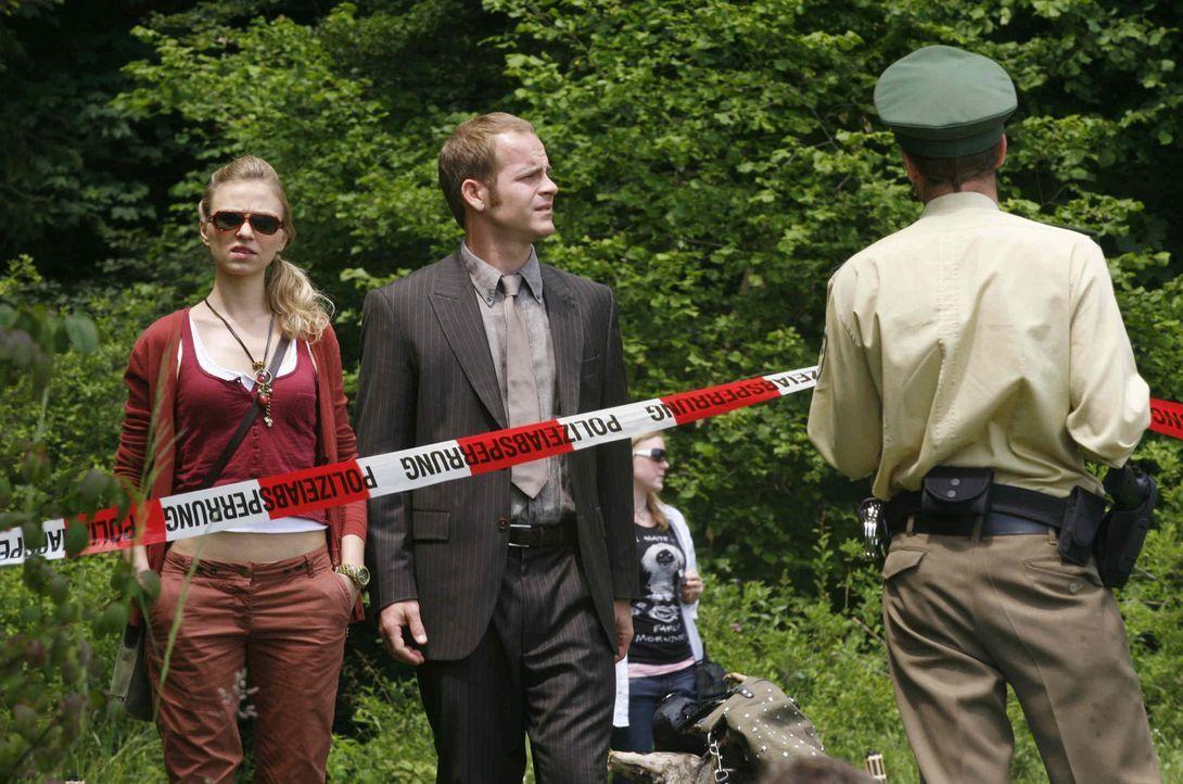 Damit sie den letzten Schliff vor der Polizeianwärterinnenprüfung bekommt, nimmt Tristan (Marc Ben Puch, M.) Kiki (Teresa Rizos, l.) mit zu einem... - Bildquelle: Erika Hauri SAT. 1