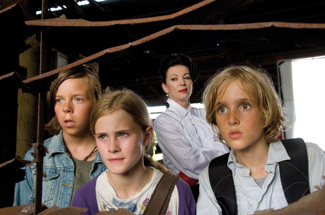 Müssen sich Bigi (Helena Siegmund-Schultze, 2.v.l.), Patrick (Bruno Schubert, l.) und Luk (Justus Kammerer, r.) schließlich doch der schrecklichen... - Bildquelle: Constantin Film