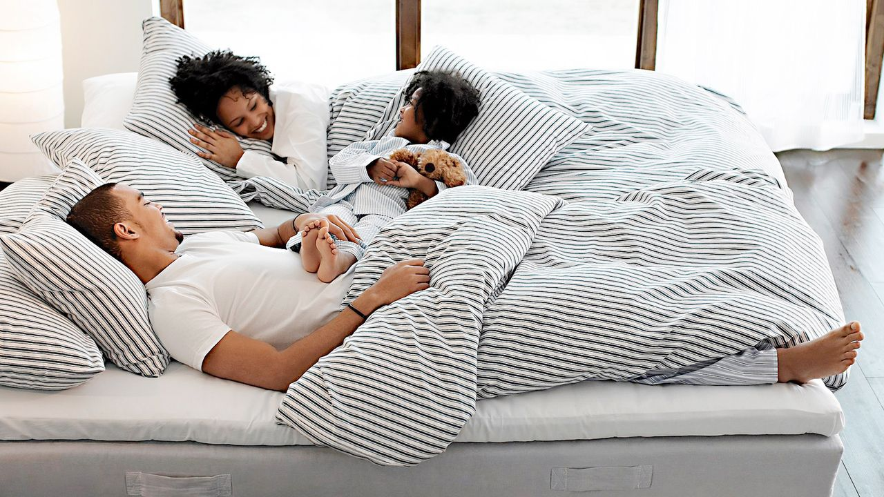 valentinstag-liebespaar-kind-bett-Ikea-04-06-10-dpa-gms - Bildquelle: image/jpeg