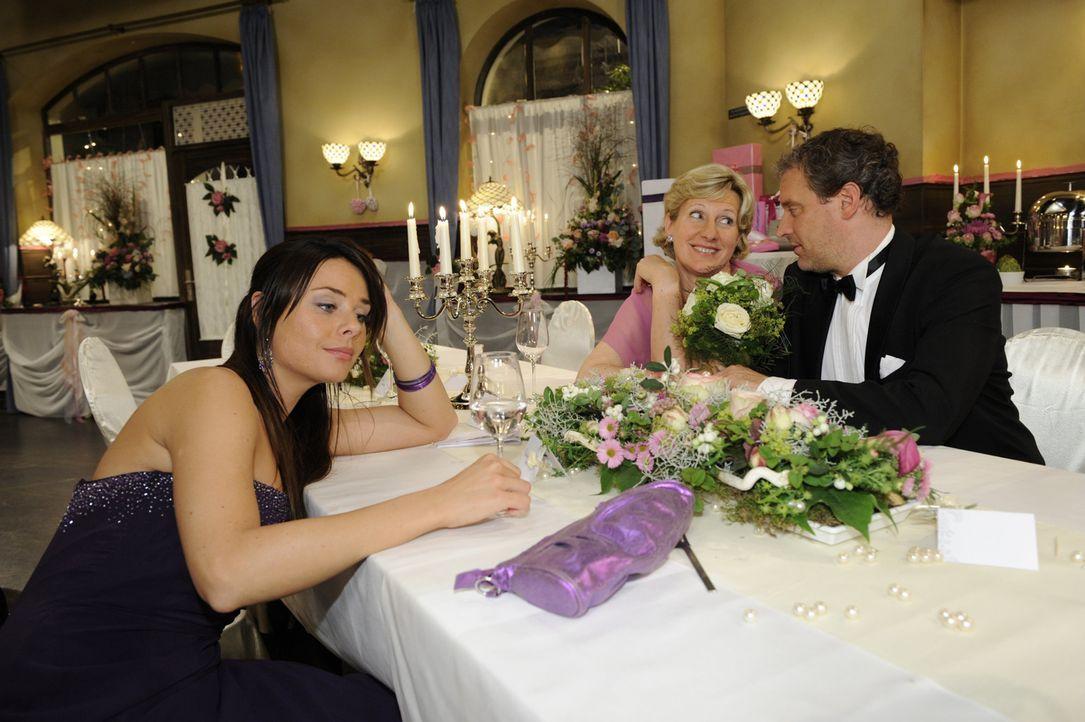 Paloma (Maja Maneiro, l.), Susanne (Heike Jonca, M.) und Ingo (Wolfgang Wagner, r.) sind mit der Hochzeitsfeier von Jonas und Anna zufrieden ... - Bildquelle: SAT.1