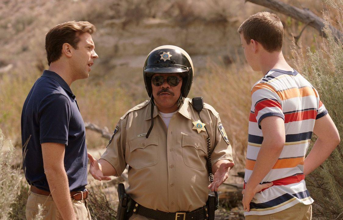 Einer von beiden muss sich opfern und den schwulen mexikanischen Polizisten (Luis Guzman, M.) glücklich machen, sonst droht der Knast: David (Jason... - Bildquelle: 2013 Warner Brothers.  All rights reserved.