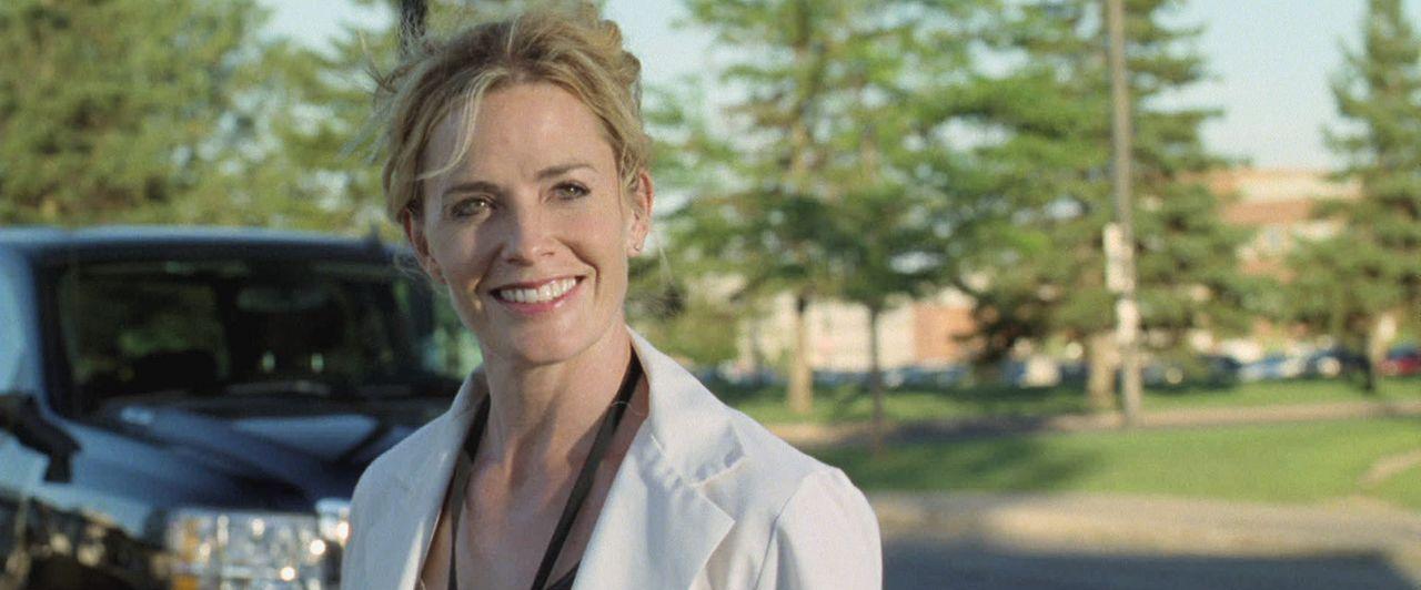 Ein Glück, dass Sarah (Elisabeth Shue) den Sheriff Danny kennengelernt hat. Doch dann wendet Elissa einen Trick an ... - Bildquelle: 2011 HATES, LLC.  All Rights Reserved.
