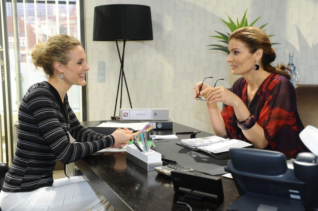 Natascha (Franziska Matthus, r.) warnt Maja (Barbara Lanz, l.) vor ihrem neuen Verehrer, allerdings nicht ohne Eigennutz ... - Bildquelle: SAT.1