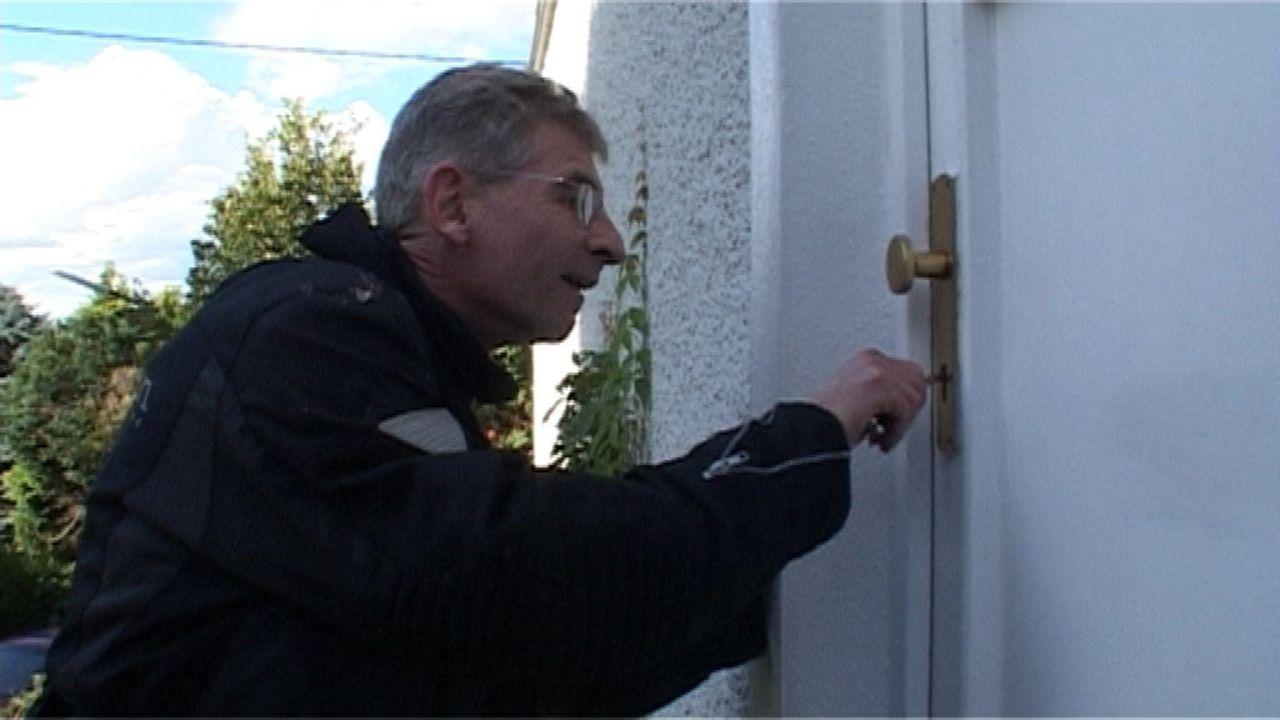 Auch Wohnungseigentümer machen sich gegenseitig das Leben zur Hölle. In seiner Abwesenheit wurde bei Herrn Hagemeier das Türschloss so verklebt,... - Bildquelle: Sat.1