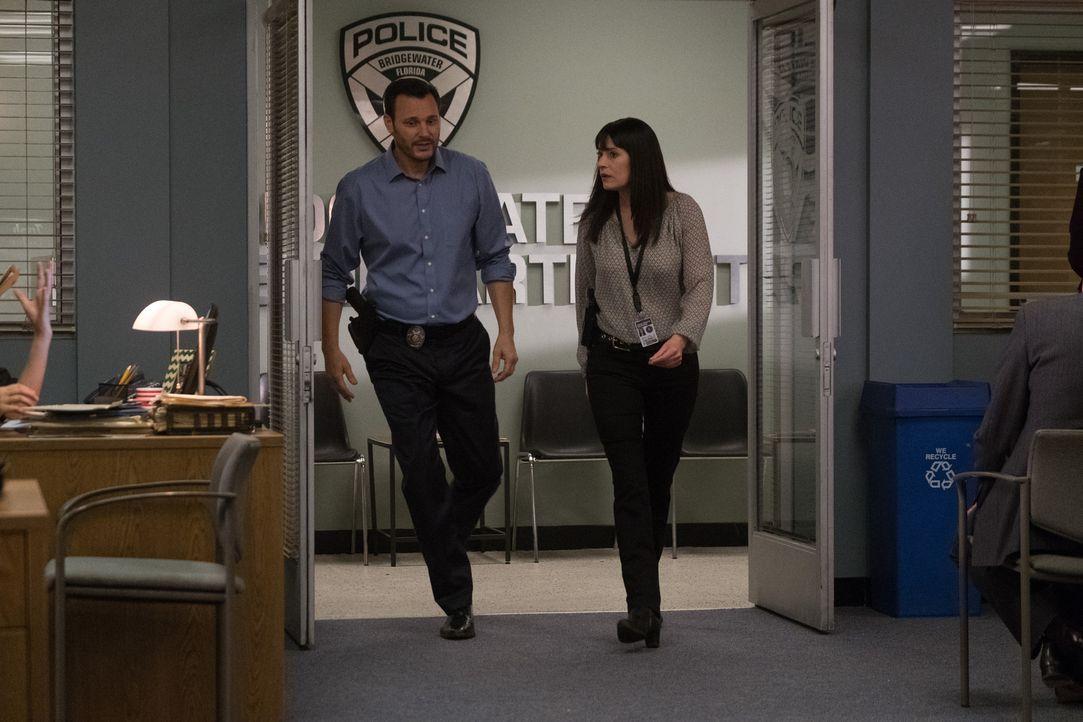 Emily (Paget Brewster, r.) und Detective Russ (Mark Gantt, l.) stellen dem Team den neuen Fall vor: Innerhalb von 5 Jahren sind drei Frauen unter de... - Bildquelle: ABC Studios
