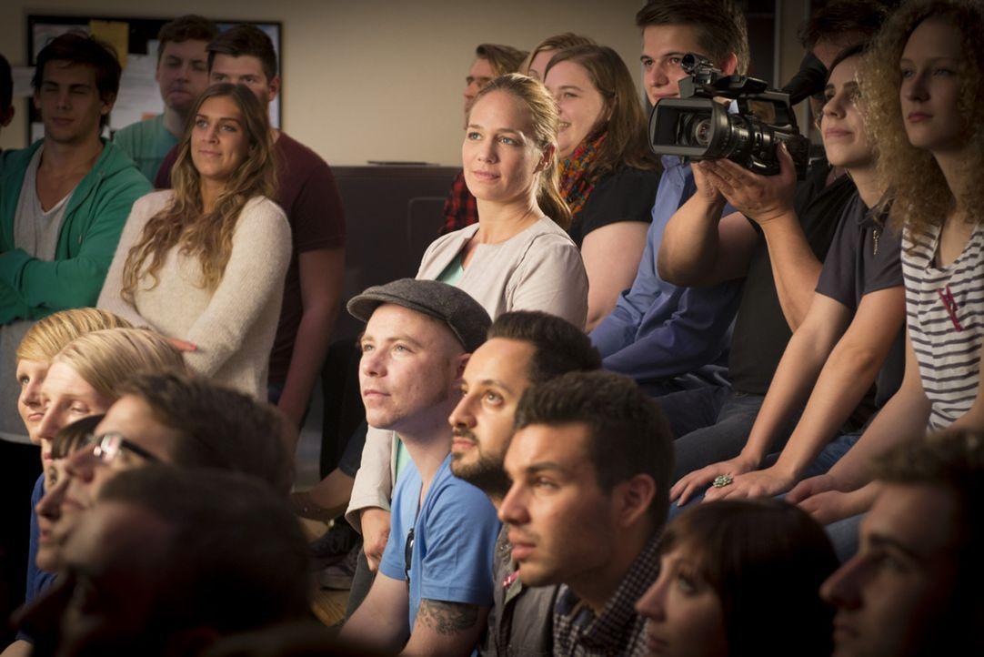 Anne (Sonsee Neu, M.) beobachtet mit Anspannung den ersten Auftritt von Bastian als Stand-up-Comedian. Dem jungen Publikum scheinen seine Gags nicht... - Bildquelle: Frank Dicks SAT.1