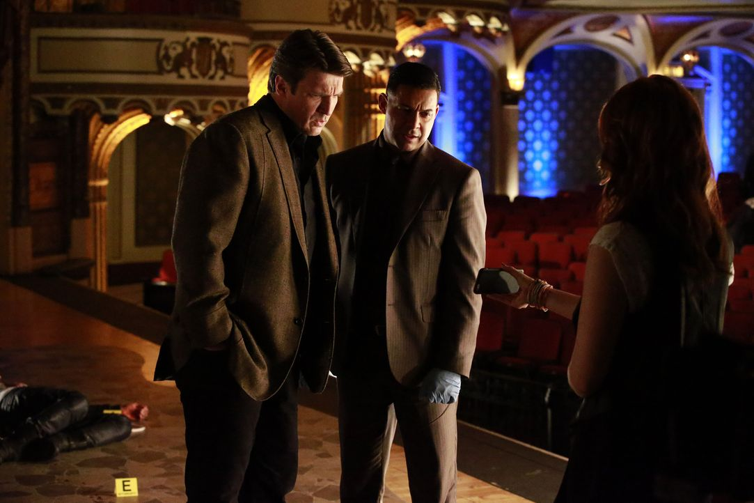 Ihr neuester Fall führt Castle (Nathan Fillion, l.) und Detective Esposito (Jon Huertas, r.) in ein Theater, dessen Star auf mysteriöse Weise ermord... - Bildquelle: Mitch Haaseth 2016 American Broadcasting Companies, Inc. All rights reserved.