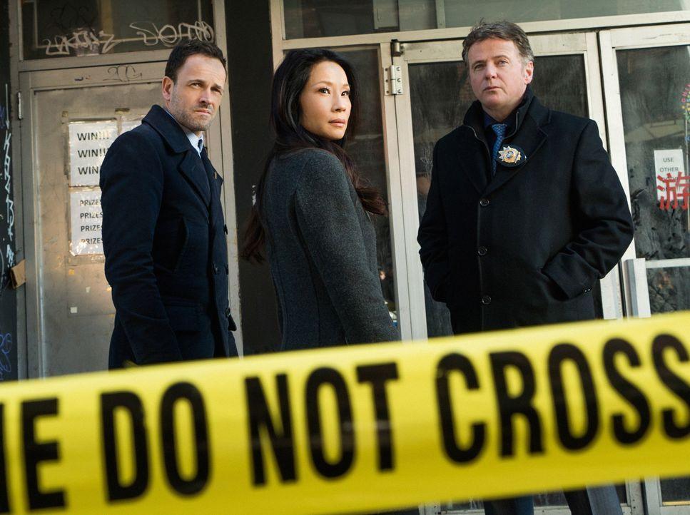 Müssen in Chinatown einen Mordfall aufdecken: Sherlock Holmes (Jonny Lee Miller, l.), Joan Watson (Lucy Liu, M.) und Captain Tommy Gregson (Aidan Qu... - Bildquelle: Michael Parmelee 2016 CBS Broadcasting Inc. All Rights Reserved.