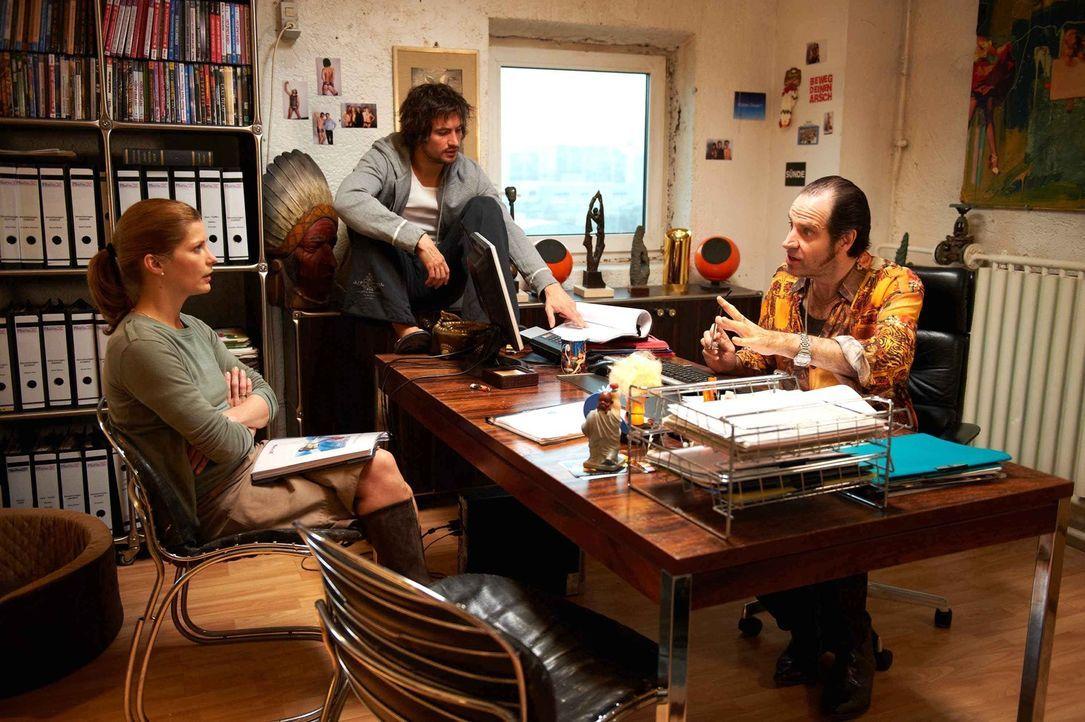 Bereits am ersten Tag wird Regisseur Volker (Helmfried von Lüttichau, r.) und Pornostar Roy, das Rohr (Tom Beck, M.) klar, dass die Besitzerin wider... - Bildquelle: SAT.1