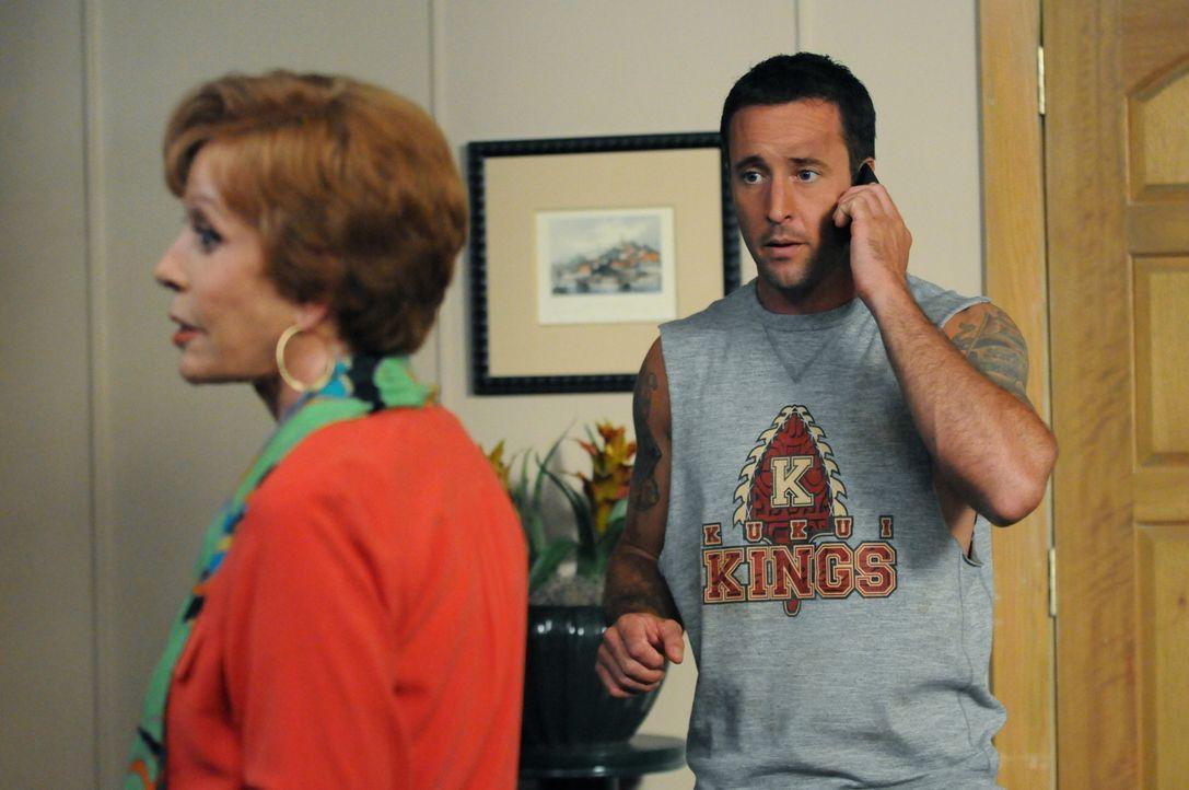 Während der Ermittlungen in einem neuen Fall, bekommt Steve (Alex O'Loughlin, r.) überraschend Besuch von seiner Tante Deb (Carol Burnett, l.) ... - Bildquelle: 2013 CBS BROADCASTING INC. All Rights Reserved.