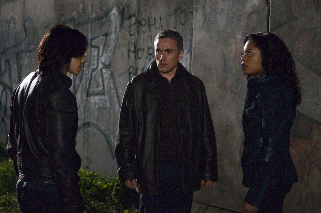 Noch können Europol-Agentin Mika Coretti (Naomie Harris, r.) und ihr Chef Ryan Maslow (Ben Miles, M.) nicht glauben, was ihnen Auftragskiller Raizo... - Bildquelle: 2009 Warner Brothers