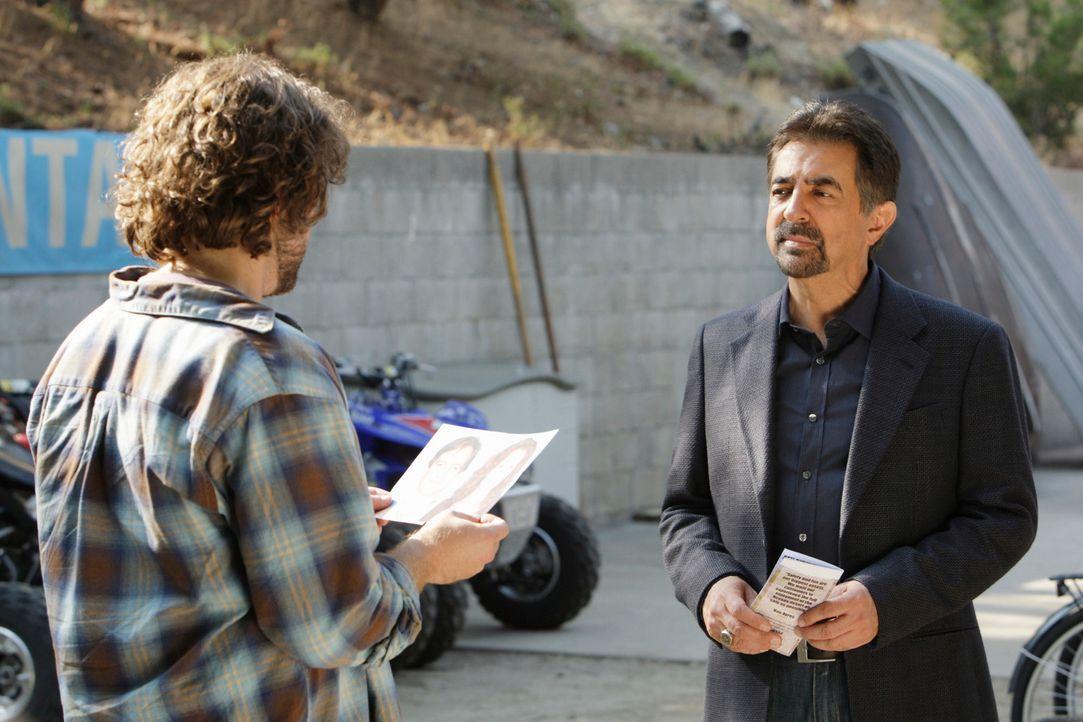 Um den Täter zu finden, macht sich Rossi (Joe Mantegna, r.) und sein Team auf die Suche. Doch hat Ayres (Tom O'Keefe, l.) etwas damit zu tun? - Bildquelle: Touchstone Television