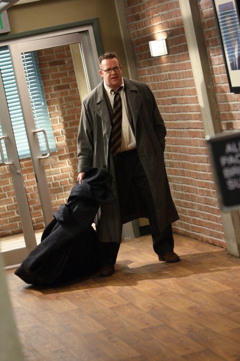 Der unter Hypnose stehende Carl (Chris Tallman), bringt die Leiche von Mary Beth Hendrix in einem Sack in die CBI-Zentrale. Patrick und sein Team m - Bildquelle: Warner Bros. Television