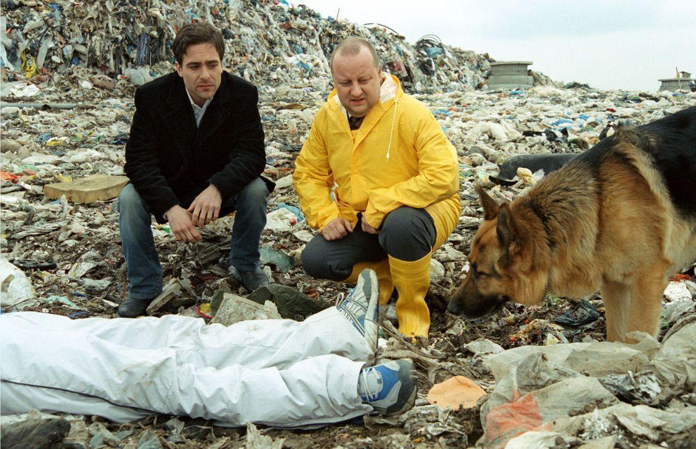 Kommissar Hoffmann (Alexander Pschill, l.) und Kollege Kunz (Martin Weinek, r.) begutachten eine Leiche auf einer Mülldeponie. - Bildquelle: Sat.1