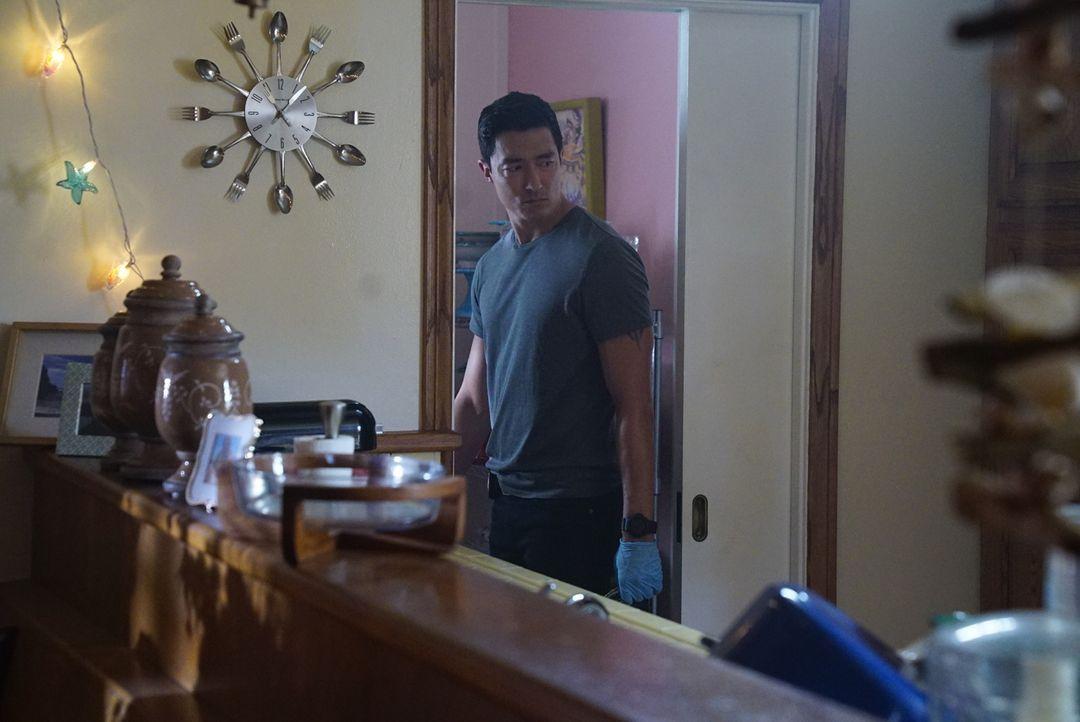 Simmons (Daniel Henney) macht eine allesverändernde Entdeckung ... - Bildquelle: Disney Media Distribution