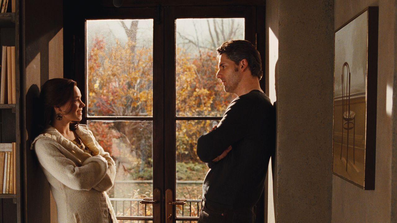 Clare (Rachel McAdams, l.) kann ihrem Mann Henry (Eric Bana, r.) die ständige Abwesenheit nicht übel nehmen - eine seltene Gen-Anomalie zwingt ihn... - Bildquelle: Warner Brothers