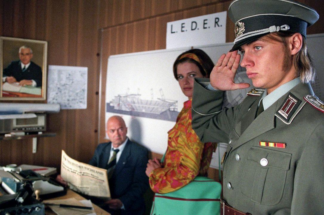 In der Höhle des Löwen: Jenny (Mira Bartuschek, M.) und Frank (Constantin von Jascheroff, r.) melden sich als angebliche Stasi-Mitarbeiter bei Haupt... - Bildquelle: Sat.1