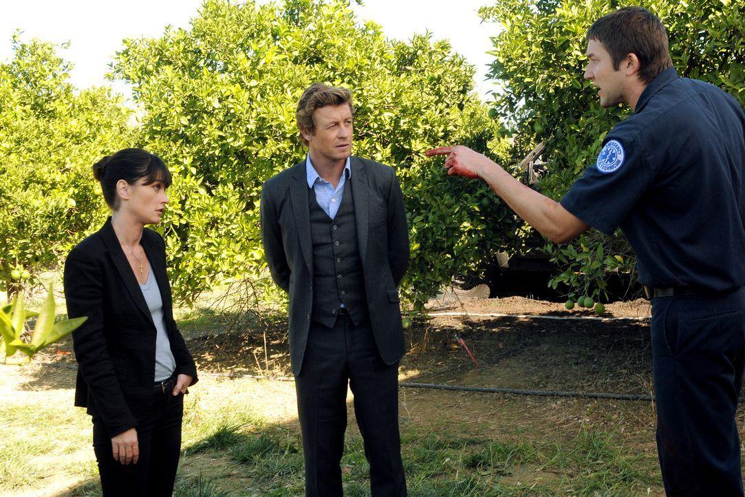 Die Ermittlungen sind im vollen Gange: Teresa (Robin Tunney, l.) und Patrick (Simon Baker, M.) und Todd (Josh Braaten, r.) ... - Bildquelle: Warner Bros. Television
