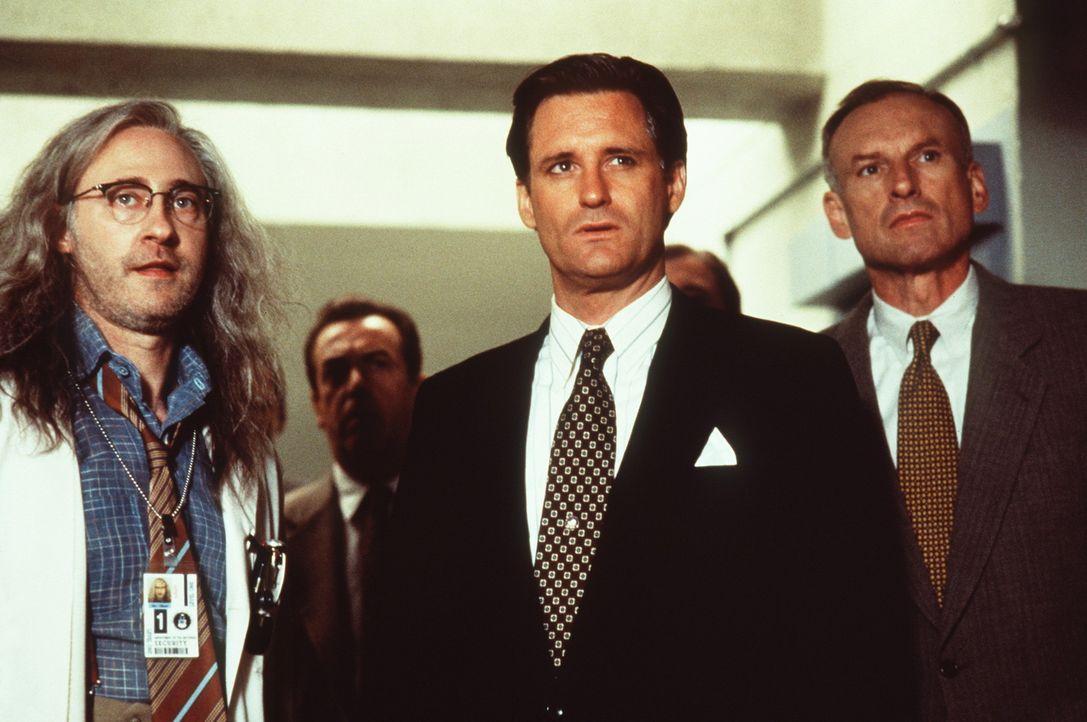 Area 51 erweist sich als wohlgehütetes Geheimnis: Auch US-Präsident Whitmore (Bill Pullman, M.) wird erst im Angesicht der drohenden Vernichtung d... - Bildquelle: 20th Century Fox Film Corporation