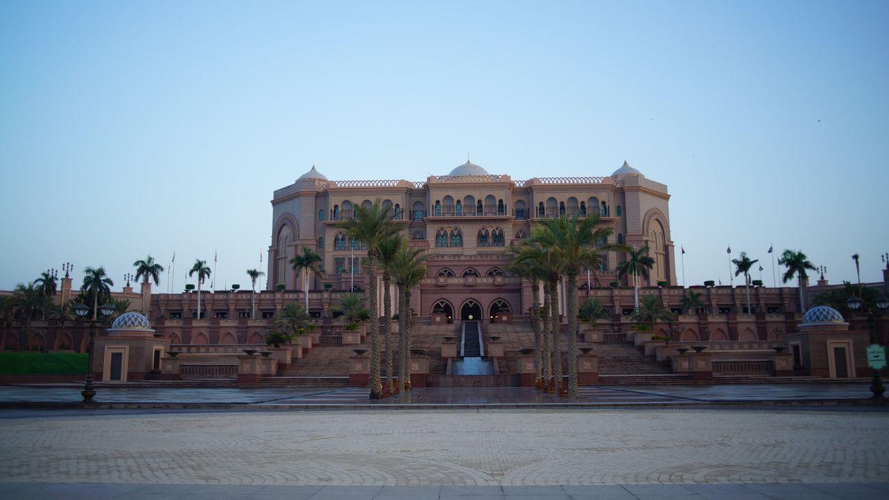Auf einer Fläche von einer Million Quadratmetern gibt im Emirates Palace die volle Dröhnung Luxus. 302 Zimmer und 116 Suiten, eine glamouröser als d... - Bildquelle: SAT.1