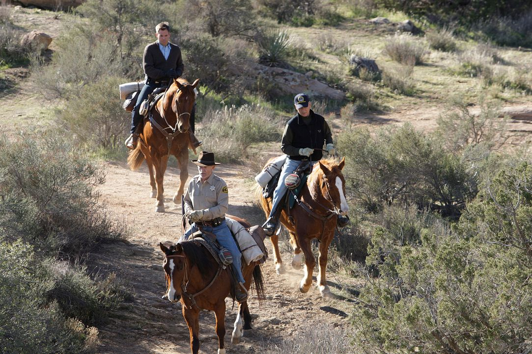 Um die Malerin Dina Risi ausfindig machen zu können, fliegen Gibbs (Mark Harmon, r.) und Tony (Michael Weatherly, l.) nach Arizona. Sie lebt in eine... - Bildquelle: CBS Television