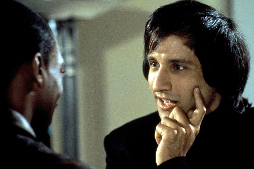 Waffenexperte Serge (Bronson Pinchot, r.) hat für Axel (Eddie Murphy, l.) eine ganz besondere Waffe: Mit sämtlicher Sonderausstattung, vom Lippens... - Bildquelle: Paramount Pictures