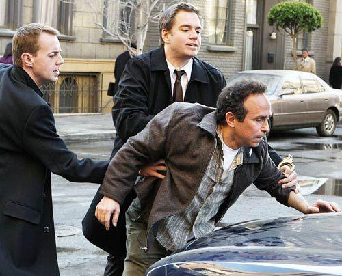 McGee (Sean Murray, l.) und Tony (Michael Weatherly, M.) versuchen, einen Mordfall aufzuklären. Doch haben sie in Marine Major Gordon Holcomb (Mich... - Bildquelle: CBS Television