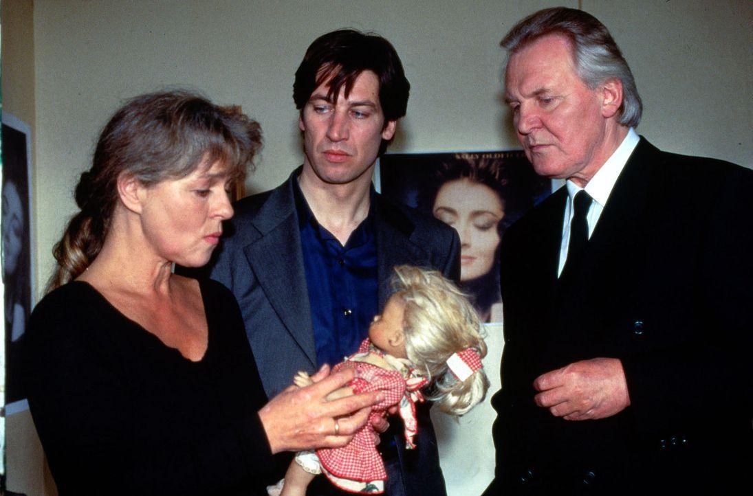 Kommissar Moser (Tobias Moretti, M.) befragt die Eltern der verstorbenen Anna Foltyn nach Hinweisen auf einen möglichen Täter. Frau Foltyn (Cornelia... - Bildquelle: Ali Schafler Sat.1