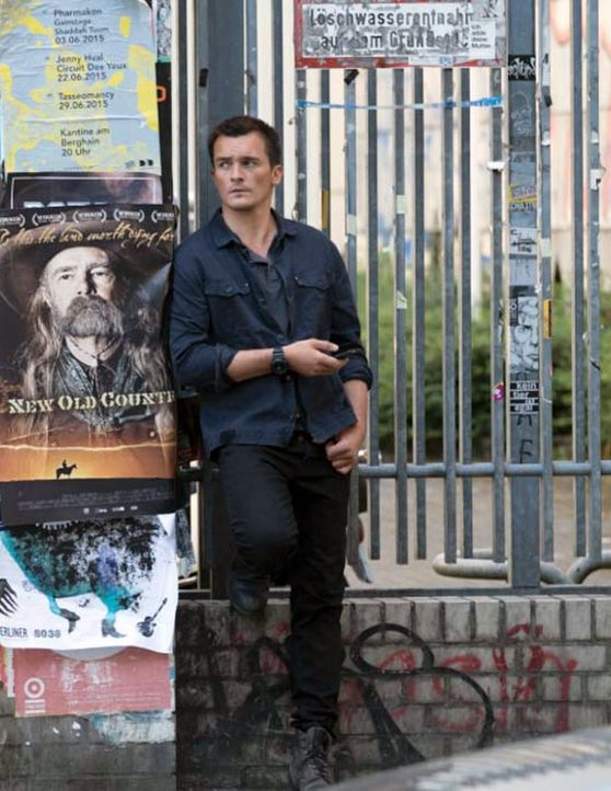 Während Peter (Rupert Friend) einen neuen Mordauftrag erhält, entgehen Carrie und Düring im Flüchtlingscamp an der syrische Grenze nur knapp einem A... - Bildquelle: Stephan Rabold 2015 Showtime Networks, Inc., a CBS Company. All rights reserved.