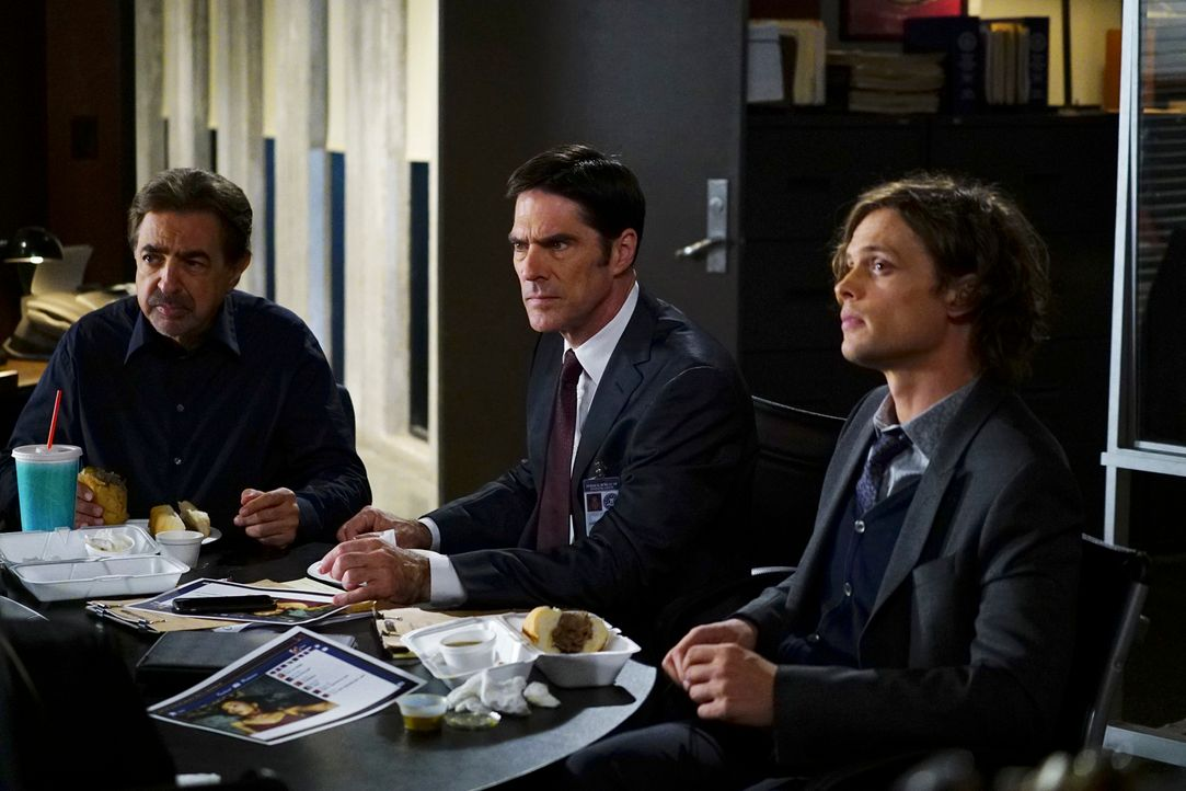 Müssen einen neuen Mordfall aufklären, bevor es noch mehr Opfer gibt: Reid (Matthew Gray Gubler, r.), Hotch (Thomas Gibson, M.) und Rossi (Joe Mante... - Bildquelle: Richard Cartwright ABC Studios