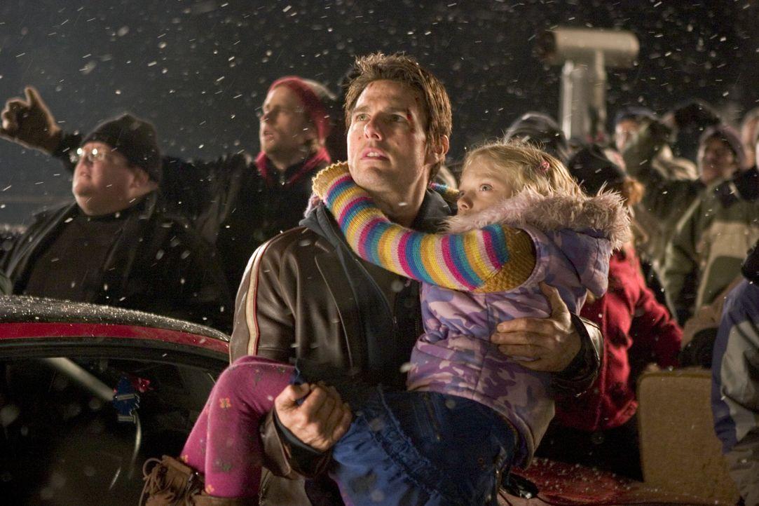 Kaum glaubt Ray (Tom Cruise, l.), dass er und seine Kinder (Justin Chatwin, r.) in Sicherheit sind, da tauchen auch schon die nächsten außerirdisc... - Bildquelle: 2004 Paramount Pictures All Rights Reserved.