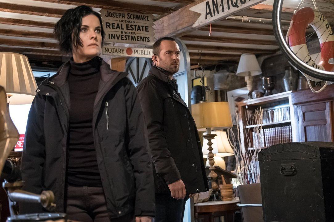Als Patterson entführt wird, beginnt für Weller (Sullivan Stapleton, r.) und Jane (Jaimie Alexander, l.) ein Wettlauf mit der Zeit ... - Bildquelle: Warner Brothers